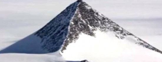 O piramidă bizară ar fi apărut în Antarctica, iar teoriile conspiraţioniste nu au încetat să apară. ''John Kerry s-a dus acolo''