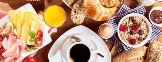 Studiu: Un român cheltuie în medie 10 lei pentru micul dejun. Tinerii nu mănâncă dimineaţa