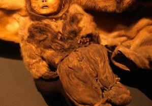 Opt trupuri îngheţate de peste 500 de ani, cele mai bine conservate mumii nord-americane. Un bebeluş a fost îngropat de viu