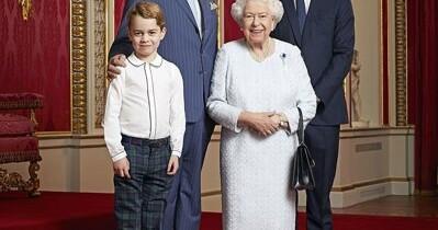 Un portret rar al reginei Elizabeth a II-a, alături de cei trei viitori regi, făcut public