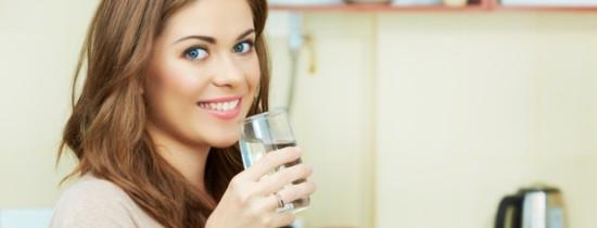 6 motive pentru care ar trebui sa bem apa calda