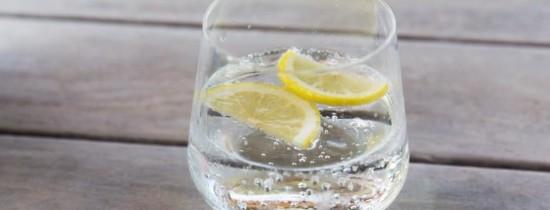 Este apa carbogazoasă la fel de sănătoasă precum apa plată?