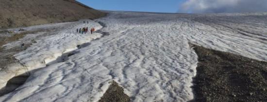 Particule de plastic cad împreună cu zăpada în Arctica